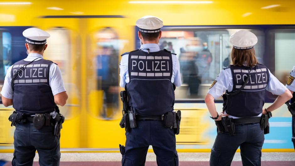 Polizeibeamte kontrollieren an einer Haltestelle in Stuttgart die Einhaltung der Maskenpflicht im öffentlichen Nahverkehr (Bild aus September 2020).