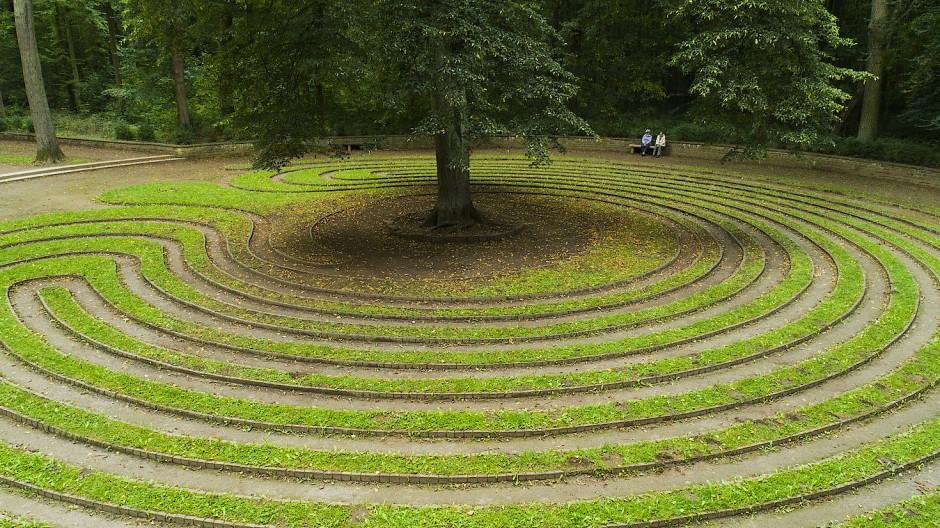 Rentnerinnen im Rasenlabyrinth von Eilenriede
