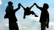 Paar mit Kindern: Fiskalisch unerwünschte Gestaltungen im Familienkreis sollen verhindert werden.