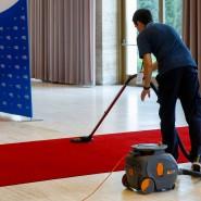 Reinigungskraft bei der Arbeit