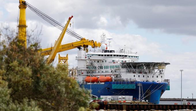 Das Verlegeschiff Akademik Cherskiy im Hafen von Mukran auf der Insel Rügen