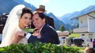 Das Brautpaar in der Kutsche: Alexander Dibelius hat am heutigen Samstag die Schauspielerin Laila Maria Witt geheiratet.
