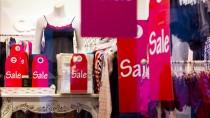 """Die Geschäfte brauchen Platz für die Frühjahrskollektionen - und lassen die """"Sale""""-Schilder noch länger hängen."""