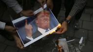 Im Iran halten die Proteste gegen die von Trump gegen den Iran verhängten Strafmaßnahmen an.
