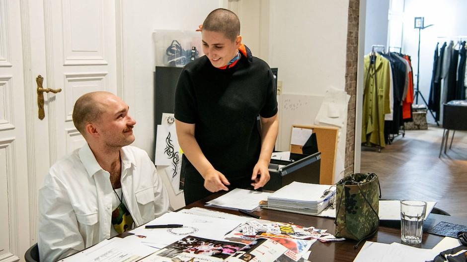 Jale Richert (rechts) und Michele Beil in ihrem Berliner Atelier