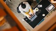 Jeder zweite Arbeitnehmer in Deutschelnad arbeitet im Büro – was immer das im digitalen Zeitalter auch heißen mag.