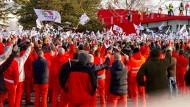 Mitarbeiter von Audi Hungaria demonstrieren für höhere Löhne.