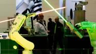 Roboter des Antriebstechnikunternehmen HIWIN aus Taiwan schwenken Lichtschwerter auf der Hannover Messe 2018.
