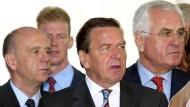 Die rot-grünen Reformer: Walter Riester (l.), Gerhard Schröder und Peter Hartz im August 2002 im Kanzleramt in Berlin.