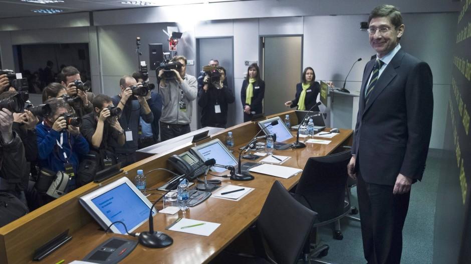 Bankia-Verwaltungsratschef Jose Ignacio Gorigolzarri wirkt erleichtert vor der Presse.