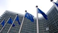 Die EU-Kommission in Brüssel soll in der Sozialpolitik ähnlich wie eine europäische Regierung auftreten, findet die Mehrheit der Menschen in Deutschland wie in Großbritannien.