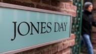 Die Kanzlei Jones Day soll bei Volkswagen den Abgasskandal intern aufarbeiten.