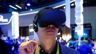 Ein Besucher der Zukunftsmesse CES in Las Vegas probiert eine Oculus-Rift-Brille aus.
