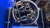 """Besucher der Elektronikmesse CES fahren im Simulator """"Space Racing"""" am Stand von Samsung."""