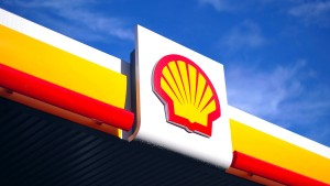Shell rüstet erste Tankstellen mit Ladesäulen aus