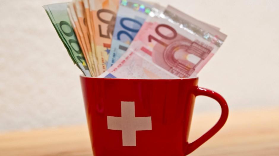 Schätzungen zufolge haben deutsche Anleger zwischen 130 und 180 Milliarden Euro illegal in der Schweiz angelegt