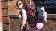 Mit Sack und Pack, aber nicht unbedingt mit viel Geld: Rucksackreisende in Australien.