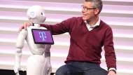 Demnächst Vorstandskollegen? Christian Illek mit Roboter Pepper.