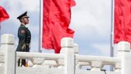 Ein Soldat wacht am Tiananmen-Platz in Peking.