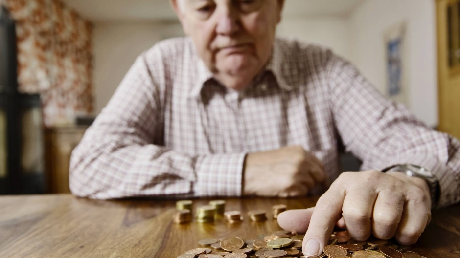 Reicht die Rente? Ein Senior zählt sein Kleingeld.