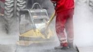 Keine Seltenheit: Bauarbeiter reparieren in Düsseldorf eine marode Straßendecke