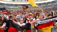 """Mitfiebern mit """"Der Mannschaft"""": Gemeinschaftsgucker in Frankfurter Stadion."""