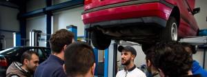 In einer angemieteten Halle in Kaufungen wird Rheinmetall, tätig auch als Autozulieferer, acht junge Flüchtlinge aus Syrien und Afghanistan zu Kfz-Mechatronikern und Schweißern ausbilden.