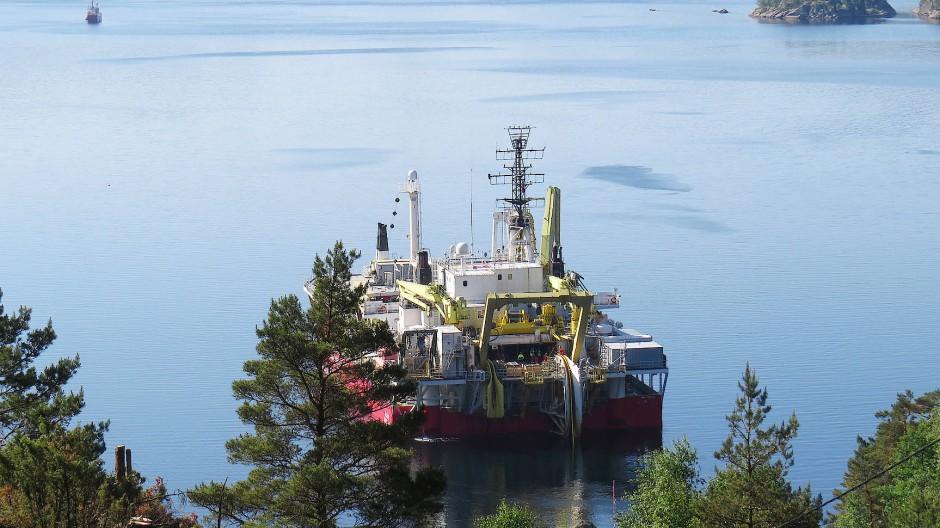 Reichtum klug angelegt: Arbeiter verlegen im Vollesfjord Unterwasserkabel nach Deutschland