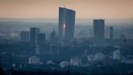 Der Turm der Europäischen Zentralbank im Morgengrauen.
