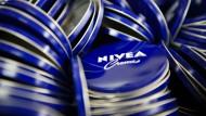 Cremedosen von Nivea: Ordnen Verbraucher das Blau der Marke zu?