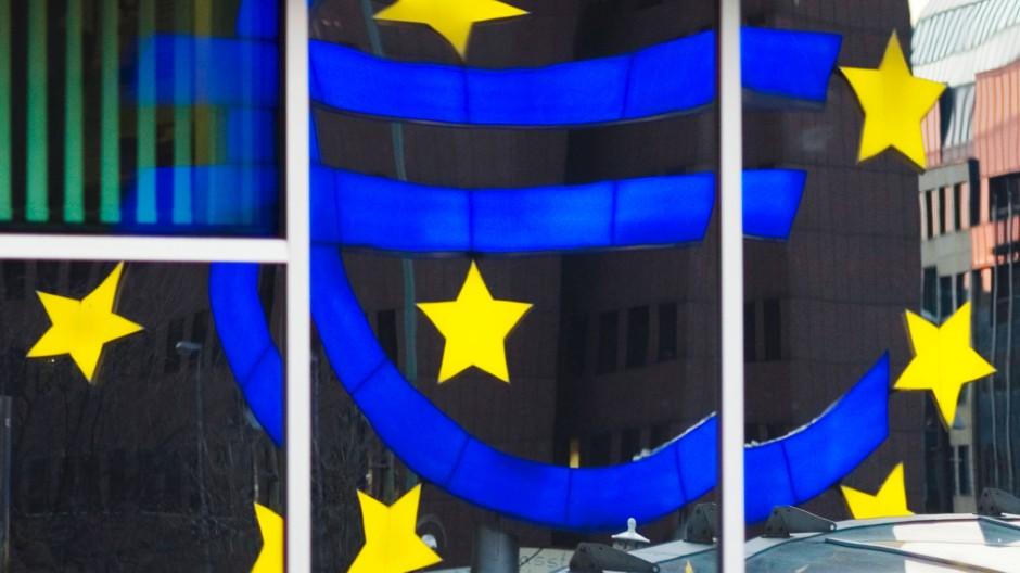 Das Euro-Logo spiegelt sich in den Scheiben der EZB-Zentrale in Frankfurt