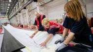 Stimmt alles? Angestellte in einer britischen Werkshalle für Windkraftanlagen messen nach.