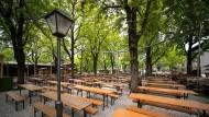Leere Tische: So sieht der Biergarten am Nockherberg seit einigen Wochen aus. Montag soll sich das ändern.