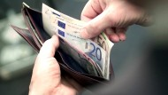 Mehr im Geldbeutel: Die Deutschen können sich vermutlich 2016 über ein Gehaltsplus freuen, von dem tatsächlich auch real etwas übrigbleibt.