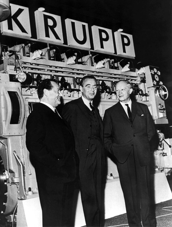 1965 auf einem Messestand der Firma Krupp: Berthold Beitz in der Mitte, links neben ihm der Inhaber der Grundig-Werke, Max Grundig. Rechts der Generaldirektor des Volkswagenwerks, Heinz Nordhoff.