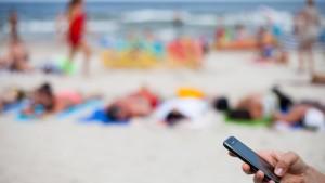 Smartphone-Stress am Strand
