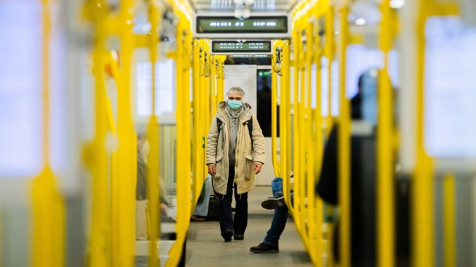 Weniger Passagiere bedeuten mehr Abstand, aber auch geringere Einnahmen für den öffentlichen Nahverkehr.