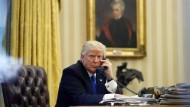 Donald Trump am Telefon: Haben die Handelsdefizite Amerikas Wachstum geraubt?