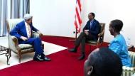 Weich gepolstert sitzen sie: Ruandas Präsident Paul Kagame (rechts) und der amerikanische Außenminister John Kerry