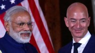 Der indische Regierungschef Narendra Modi überreicht den Global Leadership Award an Amazon-Boss Jeff Bezos.