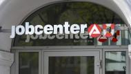 In Jobcentern wie diesem in Berlin erhalten Arbeitslose ihre Leistungen vom Staat und bekommen Stellenangebote.