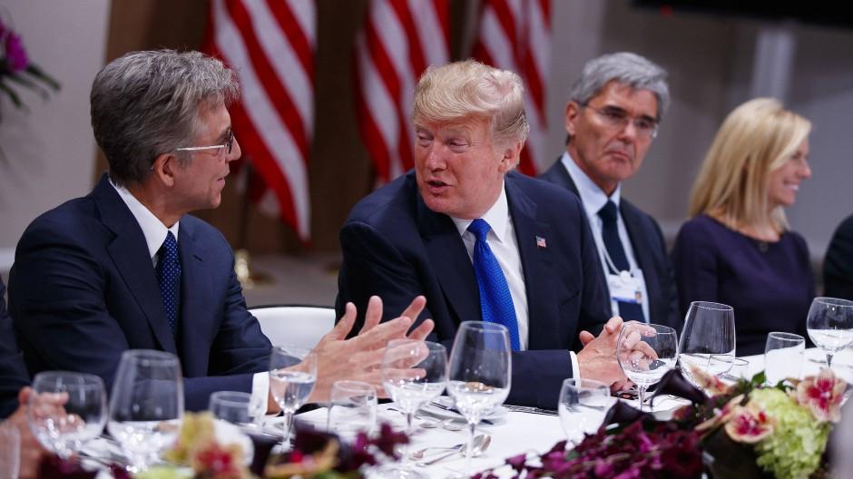 Donald Trump im Gespräch mit SAP-Chef Bill McDermott, auf der anderen Seite aß der Siemens-Vorstandsvorsitzende Joe Kaeser.