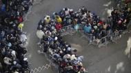 Flüchtlinge stehen Schlange vor dem LaGeSo in Berlin: Gegen das Sozialamt liegen besonders viele Klagen vor.