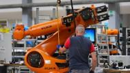 Begehrte Maschinen: Roboter werden in der Produktion des Roboterbauers Kuka in Augsburg montiert.