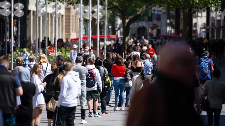 In der Münchner Fußgängerzone wollen zahlreiche Menschen einkaufen gehen.