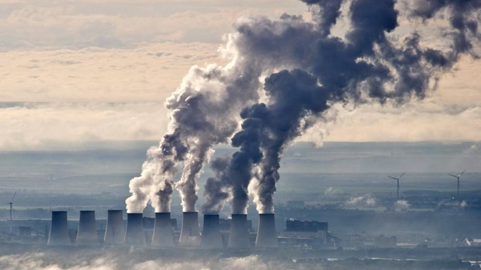 Wasserdampf steigt aus den Kühltürmen eines Braunkohlekraftwerks. Das Kohlendioxid bleibt unsichtbar.