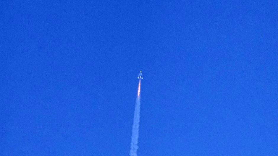 "Richard Branson auf dem Weg ins All an Bord des Raumgleiters ""VVS Unity"""