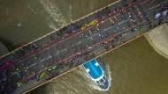 Ja, wo laufen sie denn? Die Tower-Bridge während des London Marathons am 24. April.