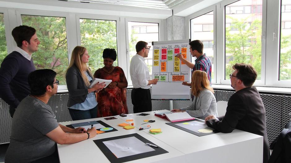 Mittelständische und größere Unternehmen finden in den Räumen die Chance, abseits des Konzerns Gründerluft zu schnuppern