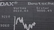 Die Dax-Tafel in Frankfurt: Nicht zwingend sind die Unternehmen im wichtigen deutschen Aktienindex auch die größten.